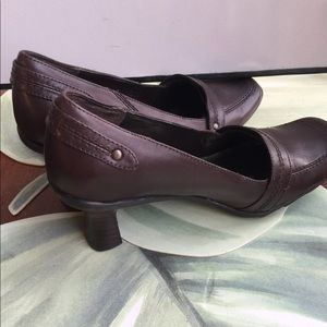 KENNETH COLE REACTION BROWN NIP IN TUCK PUMPS 7.5M